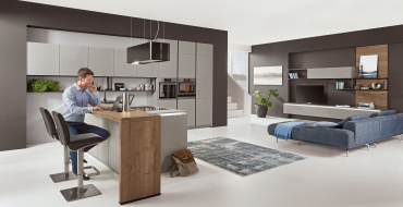 Kuchyně S-line 803 Cemento Modulární, aluminiové závěsné regály, které jsou využity jak v případě kuchyně, tak i v navazujícím prostoru obývacího pokoje.